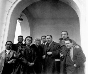 De gauche à droite: Toyen, Bohuslav Brouk, André Breton, Jacqueline Lamba, Vincenc Makovsky, Vitezslav Nezval, Paul Éluard et Kareil Teige, à Prague, 1935