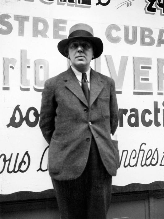 André Breton vers 1930 devant La Coupole