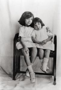 Huguette et Jacqueline vers 1915