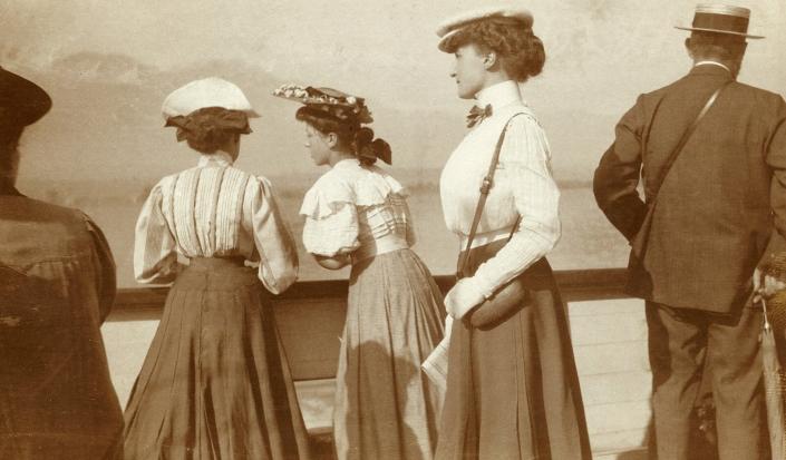 Jane Pinon (de profil) vers 1910
