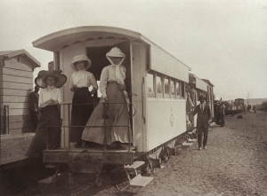 José Pinon situé au dessus du monsieur au chapeau sur la droite